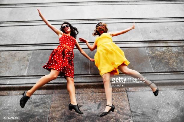 Zwei junge Frauen haben Spaß in den Straßen von Berlin