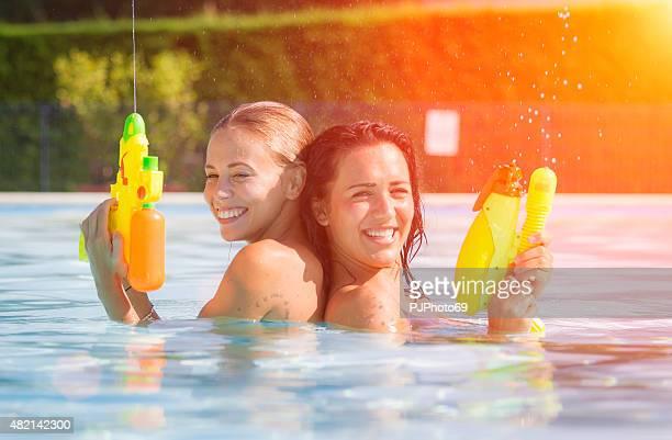 duas mulheres jovens se divertindo na piscina - pjphoto69 - fotografias e filmes do acervo