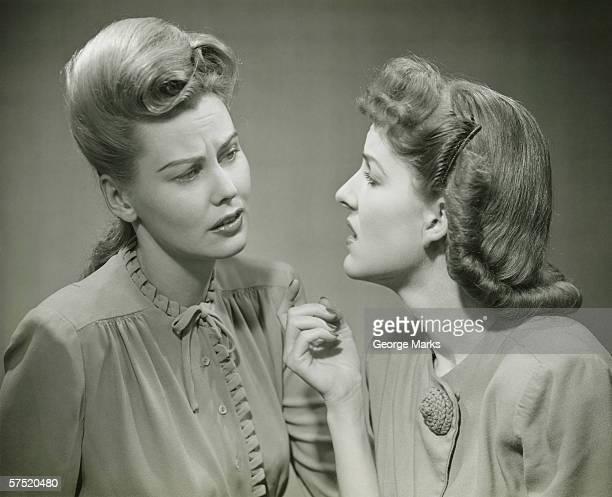 Zwei junge Frauen, die seriöse Diskussion, (B & W
