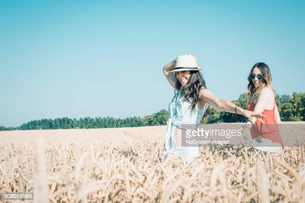 Zwei junge Frauen im Weizenfeld, Spaß
