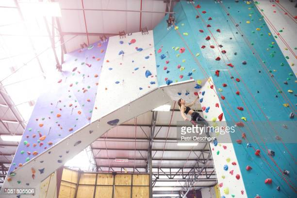 two young women on an indoor climbing wall. - クライミングウォール ストックフォトと画像