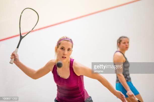 twee jonge vrouwen squash spel - racket sport stockfoto's en -beelden