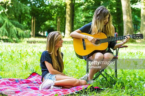 Zwei junge Frauen Entspannen unter camping