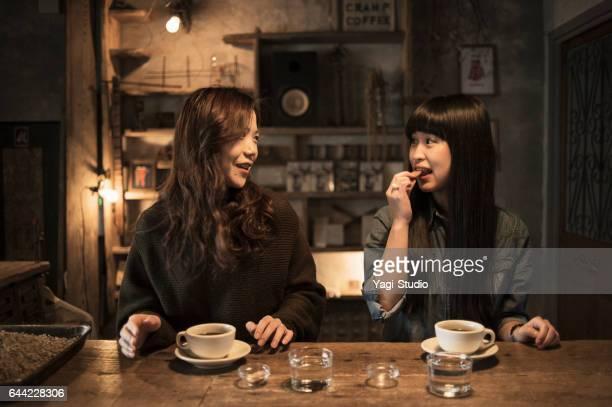 2 人の若い女性をコーヒー ショップでリラックス。