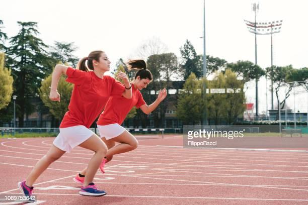 Zwei junge Frauen, die auf der Rennstrecke