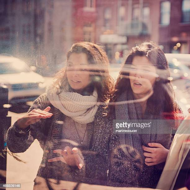 "two young women shopping through window in city. - ""martine doucet"" or martinedoucet bildbanksfoton och bilder"