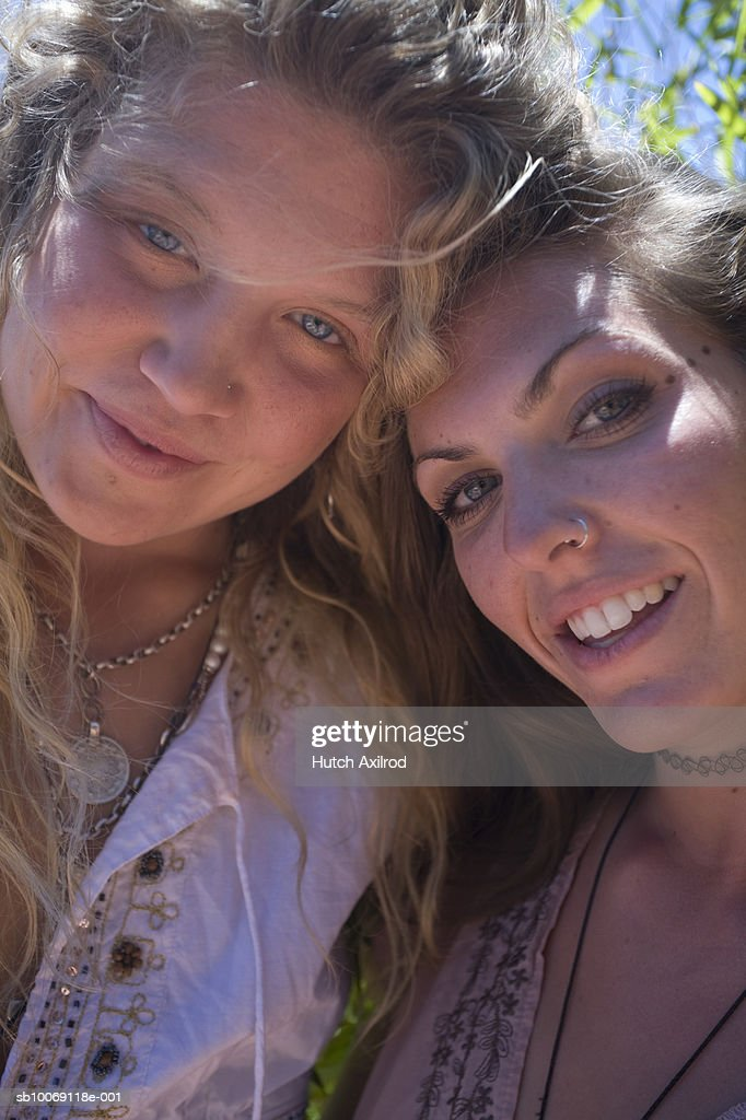 Two young women smiling, close-up, portrait : Stockfoto