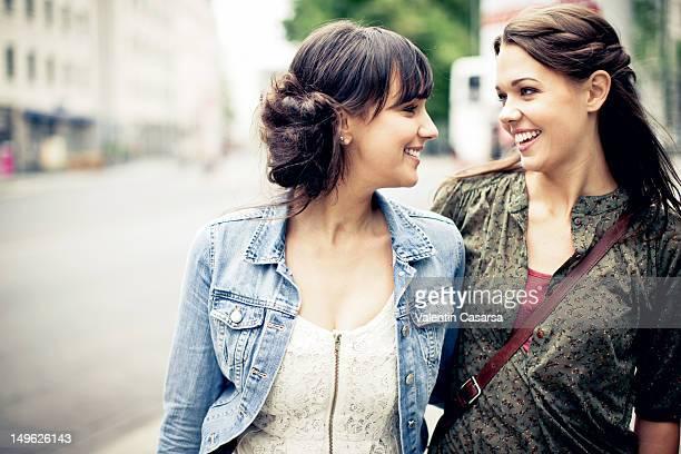 two young women talking - lesbisch lesbe lesben stock-fotos und bilder