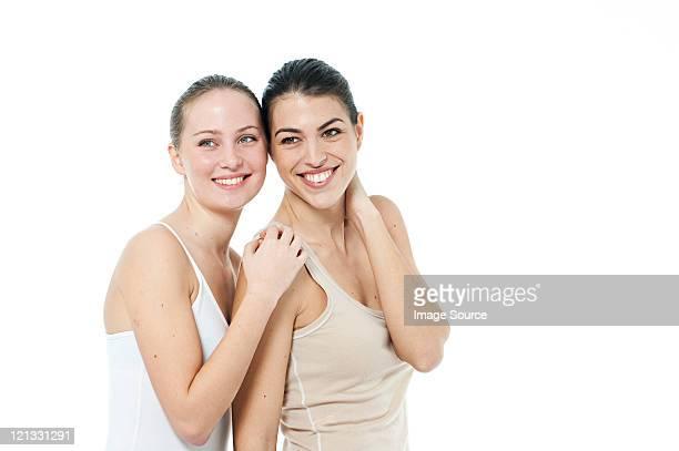 Zwei junge Frauen zusammen