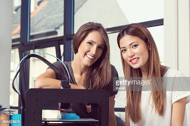 Zwei junge Frauen mit 3D Drucker