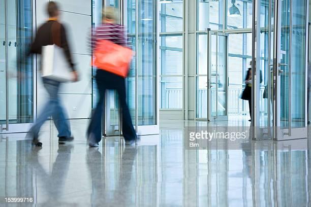 Deux jeunes femmes avec des sacs à pied dans l'hôtel