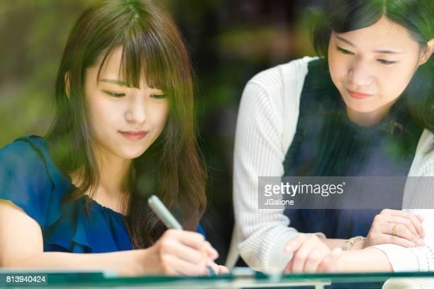 カフェで働く 2 人の若い女性 - 女子大生 ストックフォトと画像