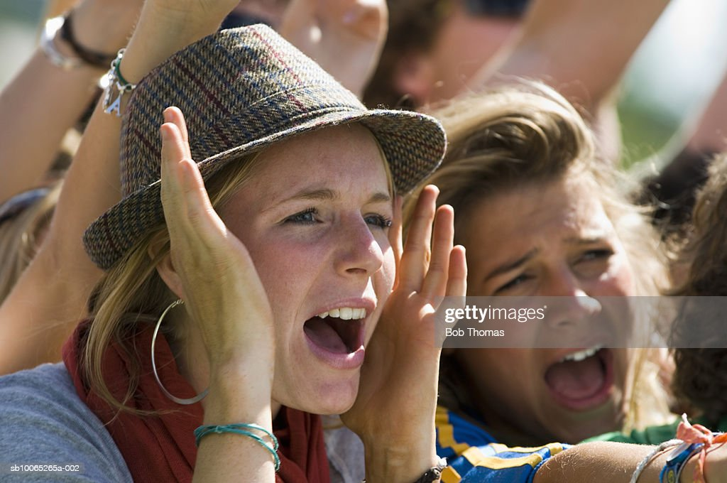 Two young women yelling, close-up : Foto stock