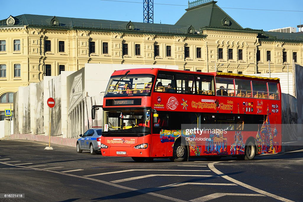 two-storey tourist bus City Sightseeing on  street Varvarka : Stock-Foto