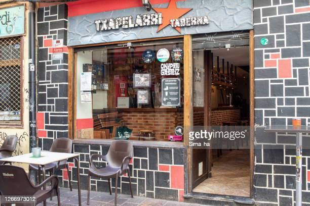ビトリア・ガステイズの旧市街にあるtxapelaバー - アラバ県 ストックフォトと画像