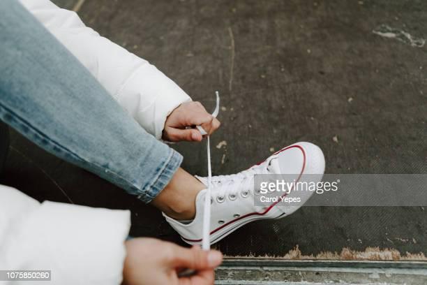 tying my sneakers - witte schoen stockfoto's en -beelden