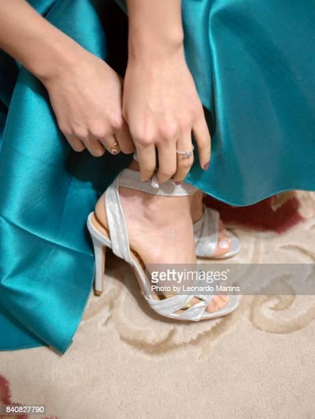 Tying the shoe
