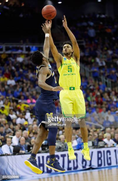 Tyler Dorsey of the Oregon Ducks shoots the ball against Derrick Walton Jr #10 of the Michigan Wolverines during the 2017 NCAA Men's Basketball...