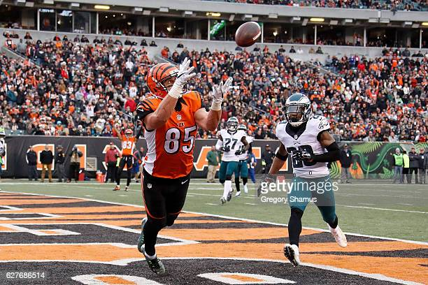 Tyler Eifert of the Cincinnati Bengals catches a pass for a touchdown during the second quarter of the game against the Philadelphia Eagles at Paul...