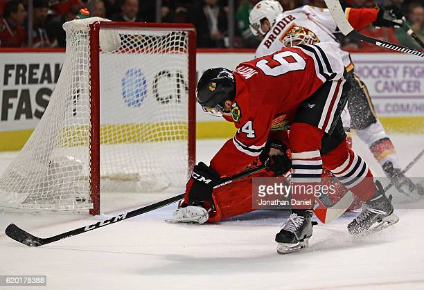 Tyler Motte of the Chicago Blackhawks scores a third period goal against the Calgary Flames at the United Center on November 1 2016 in Chicago...