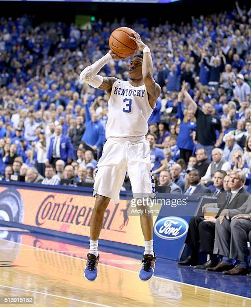 Tyler Ulis of the Kentucky Wildcats shoots the ball in the game against the LSU Tigers at Rupp Arena on March 5 2016 in Lexington Kentucky