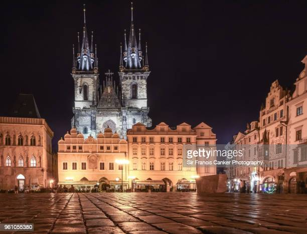 tyn church facade and old town square illuminated at night in prague, czech republic, a unesco heritage site - notre dame de tyn photos et images de collection