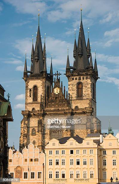 tyn church, prague, czech republic, europe - 尖り屋根 ストックフォトと画像