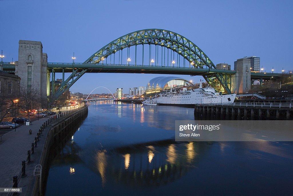 Tyne Bridge and Millennium Bridge over the River Tyne, Newcastle-upon-Tyne, United Kingdom : Foto de stock