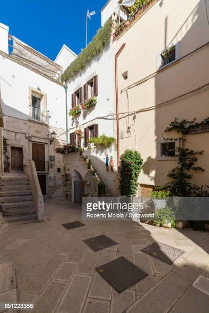 typical alley of the old town polignano a mare - apulien stock-fotos und bilder