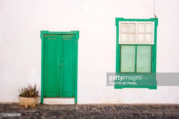typical architecture of teguise, lanzarote, canary islands, spain. - cidade pequena imagens e fotografias de stock