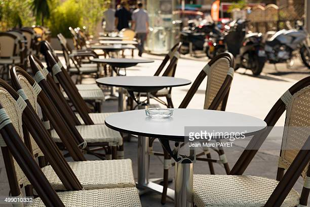 typical café terrace, france - jean marc payet photos et images de collection