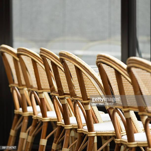 typical chairs of a sidewalk cafe of paris - jean marc payet photos et images de collection