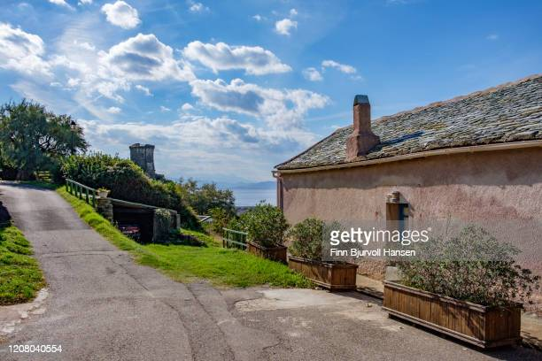 typical corsican house in ogliastro - the tower and ocean in the background - finn bjurvoll photos et images de collection