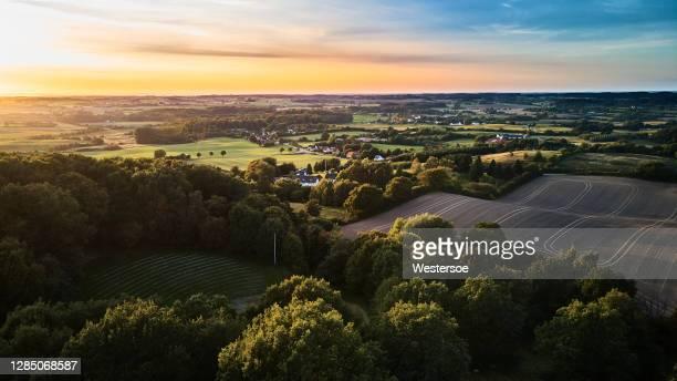 typisch deens klein gebiedslandbouwlandschap - tradition stockfoto's en -beelden