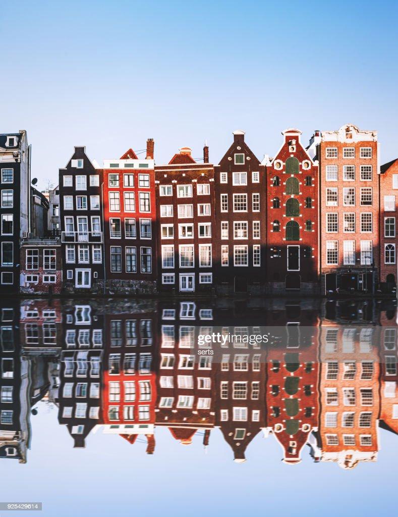 Typisch Nederlandse huizen reflecties in de nacht op het water van het kanaal : Stockfoto