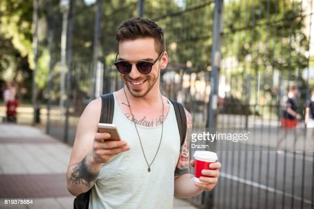 Typische Ostern europäischen Mann mit Handy und lächelnd