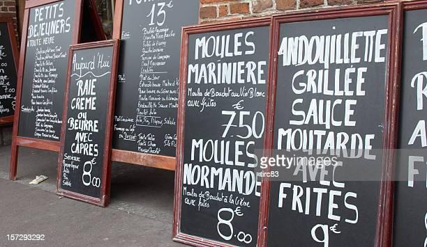 Des menus typiquement français Café en terrasse sur des tableaux noirs