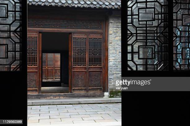 typical front courtyard in chinese traditional house - yangzhou foto e immagini stock
