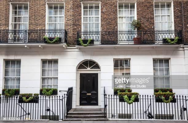 ロンドンでの典型的な家の外装 - ジョージア調 ストックフォトと画像