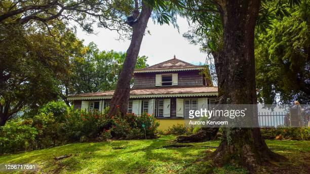 casa típica en martinica. - isla martinica fotografías e imágenes de stock