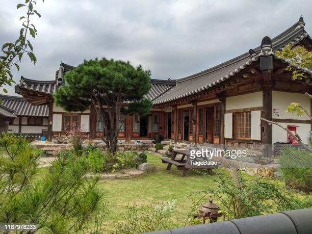 casa típica coreana, en un museo público al aire libre gyeongju-si. - tradición fotografías e imágenes de stock