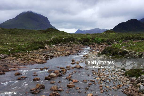 typical landscape in the wild valley of glen sligachan with surrounding peaks of the red hills and sligachan river - glen sligachan photos et images de collection