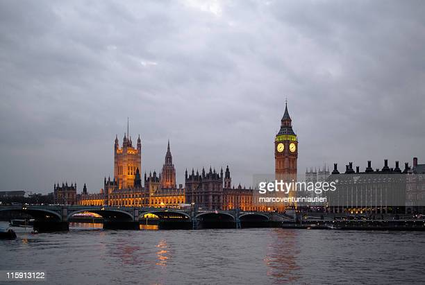 typical london: view of the houses of parliament at dusk - marcoventuriniautieri stock pictures, royalty-free photos & images