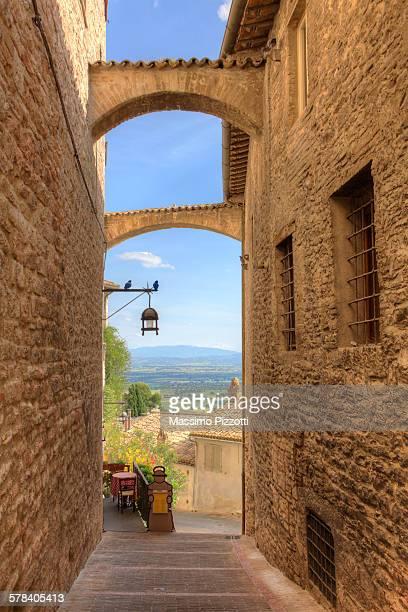 typical narrow alley in assisi - massimo pizzotti foto e immagini stock