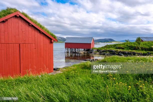 typical norwegian rorbu at sommarøy in troms northern norway - finn bjurvoll stock-fotos und bilder