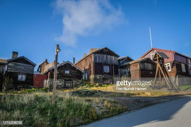 typical old wooden houses at røros norway - finn bjurvoll ストックフォトと画像