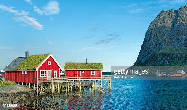 Typische Rot rorbuer in Reine auf Lofoten Inseln, Norwegen