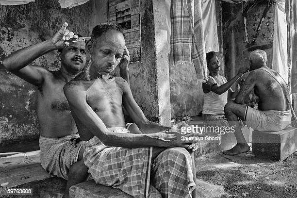 CONTENT] A typical roadside salon in Kolkata One man is getting a haircut and another person is getting a shave