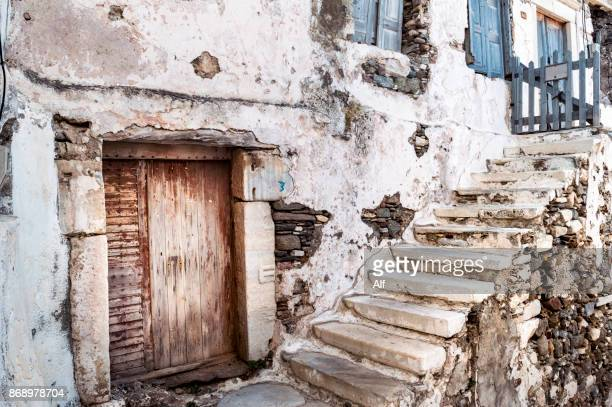 typical street at the old town of chora in naxos - naxos stockfoto's en -beelden