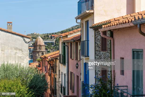 typical street in collioure with a view to the famous churchtower, which was a lighthouse in former times (collioure / languedoc-roussillon, france) - collioure photos et images de collection